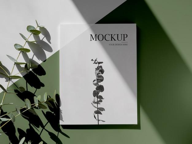 잡지와 잎이있는 상위 뷰 구색