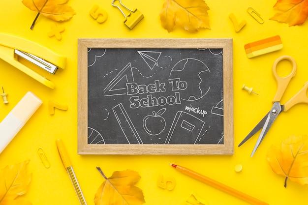 Vista dall'alto torna a mock-up assortimento di elementi di scuola