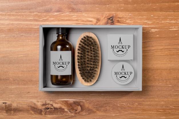 Vista dall'alto di prodotti per la cura della barba con balsamo e spazzola