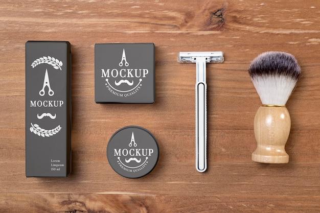 Vista dall'alto di prodotti per la cura della barba con pennello e rasoio