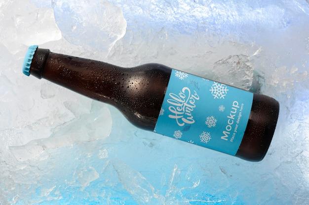 Bottiglia di birra vista dall'alto nella neve