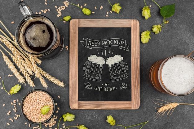 Vista dall'alto del bicchiere di birra con pinta e lavagna