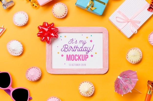 Концепция дня рождения вид сверху с рамкой