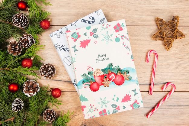 Вид сверху книга для рождественского подарка с украшениями