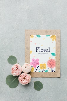 Vista dall'alto della carta con rose e foglie di primavera