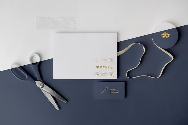 Vista dall'alto dell'invito di carnevale con nastro adesivo e forbici