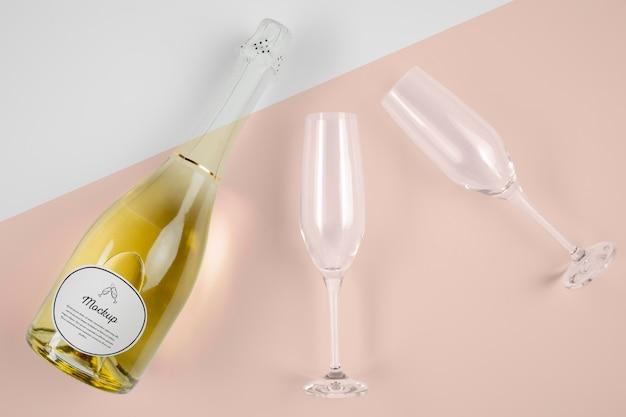Vista dall'alto di una bottiglia di champagne con mock-up