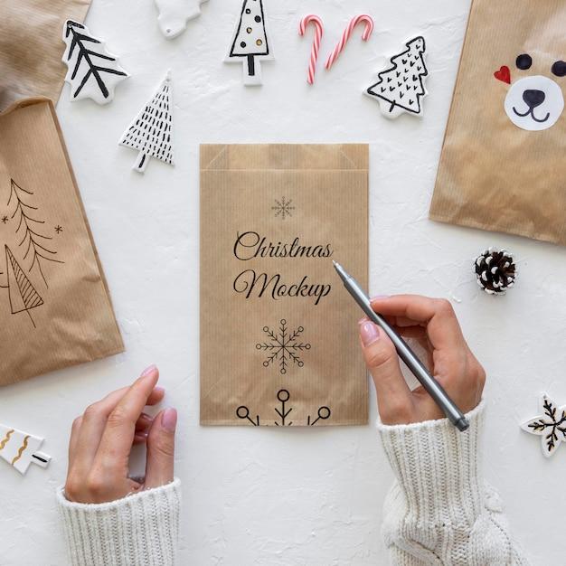 Vista dall'alto di artigianato natalizio con sacchetto di carta