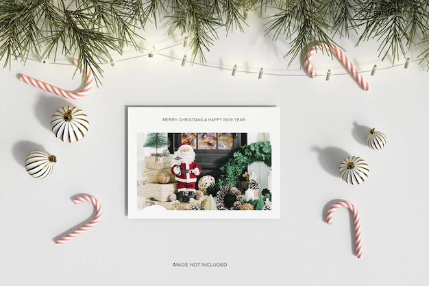 Рождественская бумага с сосновыми листьями и макет конфет, вид сверху