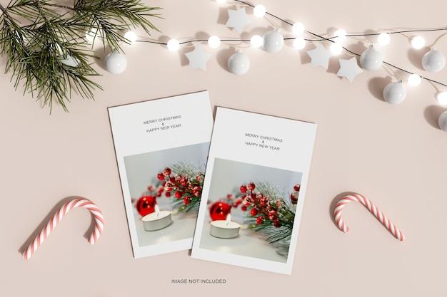Рождественские бумажки с сосновыми листьями и макет конфет, вид сверху