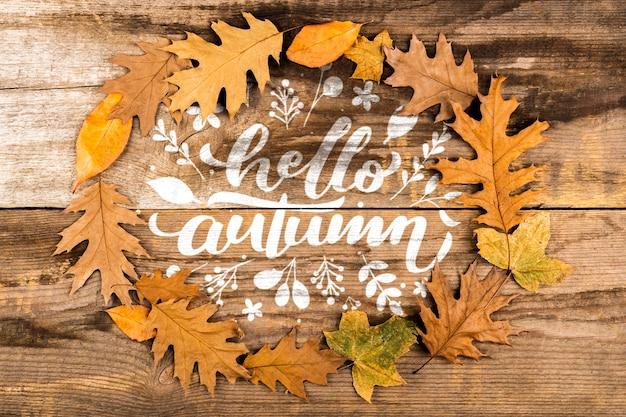 Круглая рамка с красочными листьями