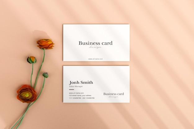 Вид сверху чистая минимальная визитка с макетом цветов в 3d-рендеринге