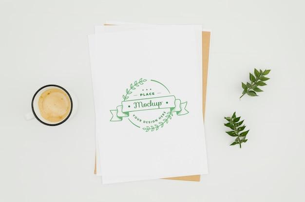 トップビューコーヒーと植物のモックアップ