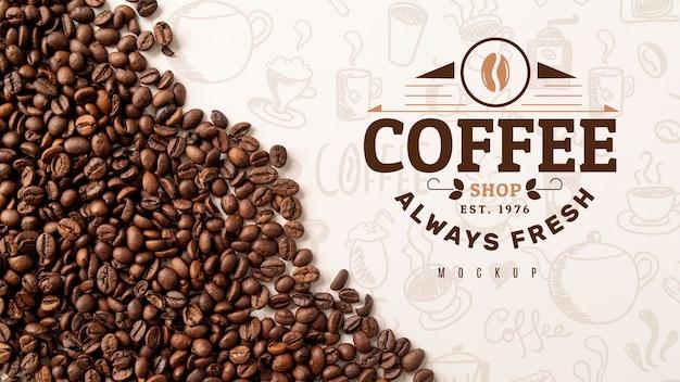 机の上のコーヒー豆のトップビュー
