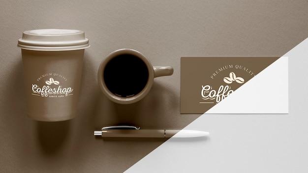トップビューのコーヒーブランドアイテムの配置