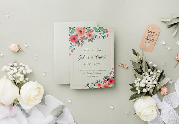 Вид сверху композиция свадебных элементов с макетом приглашения