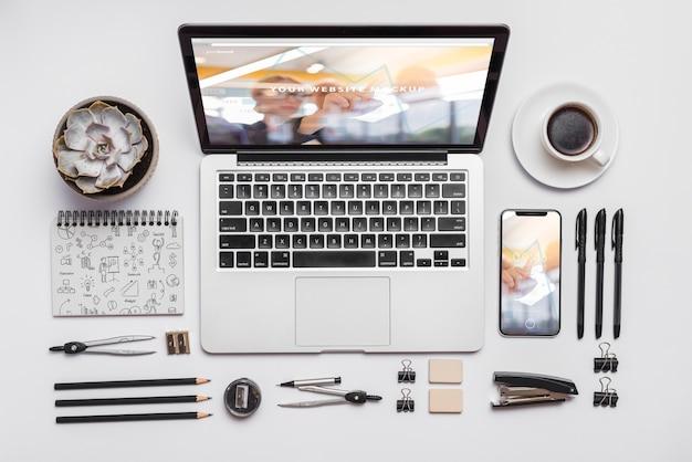 Композиция верхнего вида с ноутбуком и канцелярскими принадлежностями