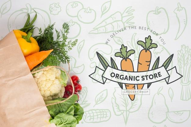 Вид сверху вкусные овощи в бумажном пакете