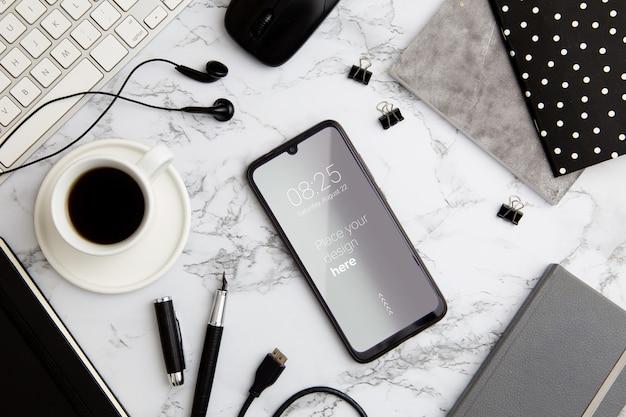 Concetto di scrivania vista dall'alto con lo smartphone