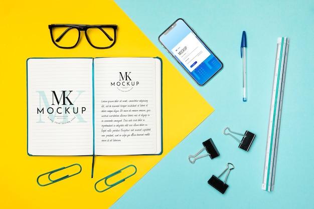 Articoli da scrivania e smartphone con vista dall'alto