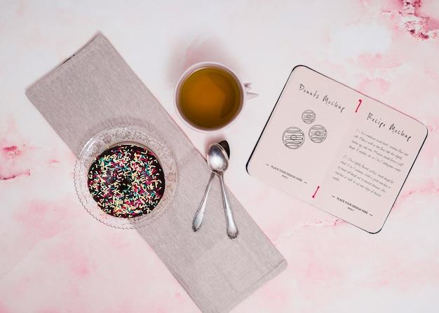 Вид сверху пончик и чайная композиция