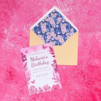 Vista dall'alto della busta con carta di compleanno