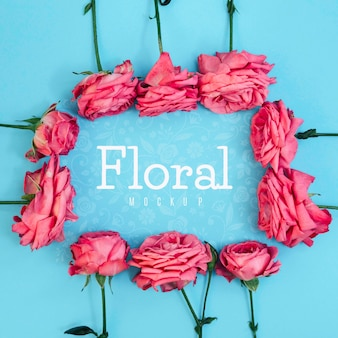 Вид сверху цветочная рамка из розовых роз макет
