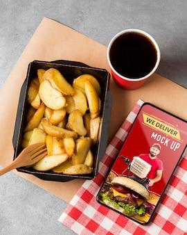 Vista dall'alto patatine fritte e disposizione delle bevande