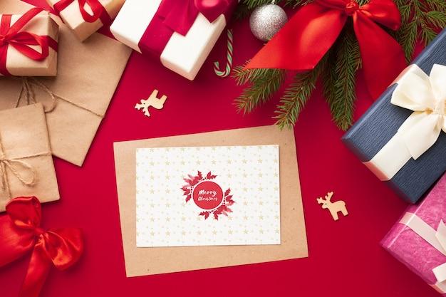 Вид сверху подарки на красном фоне рождество