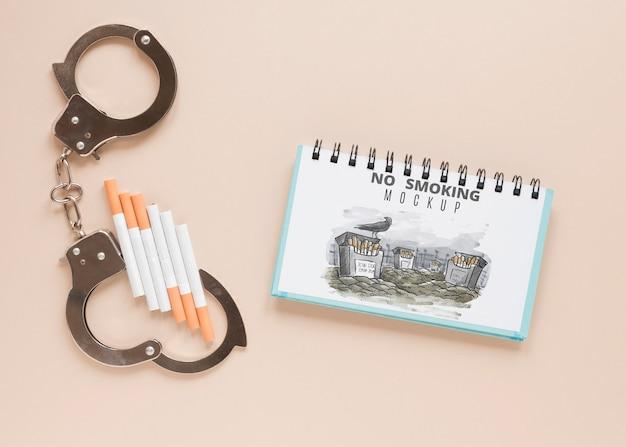 Вид сверху наручники и сигареты
