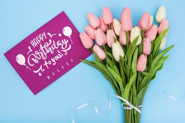 Vista dall'alto di buon compleanno bouquet di tulipani con carta per la celebrazione dell'anniversario