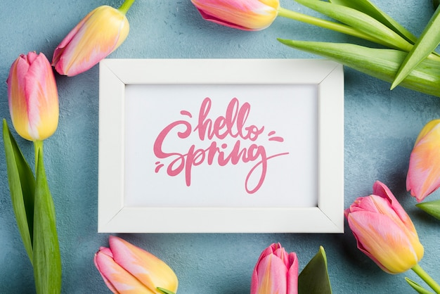 トップビューこんにちは春の花とモックアップ