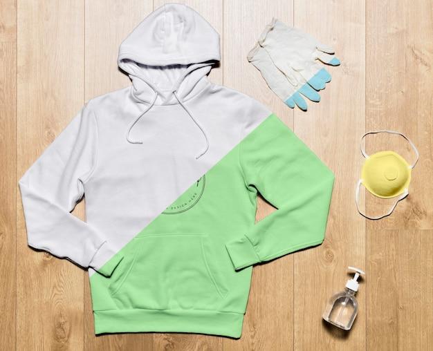 手の消毒剤、保護手袋、マスク付きのトップビューパーカーモックアップ