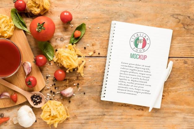 トップビューイタリア料理ノートモックアップ