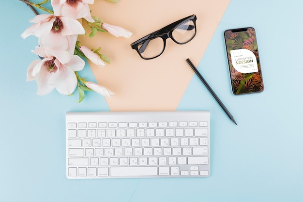 トップビューのキーボードとメガネの配置