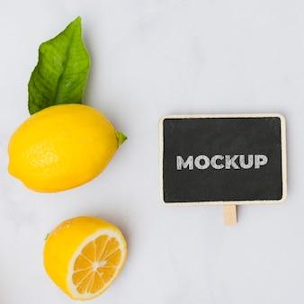 テーブルの上のトップビューレモン