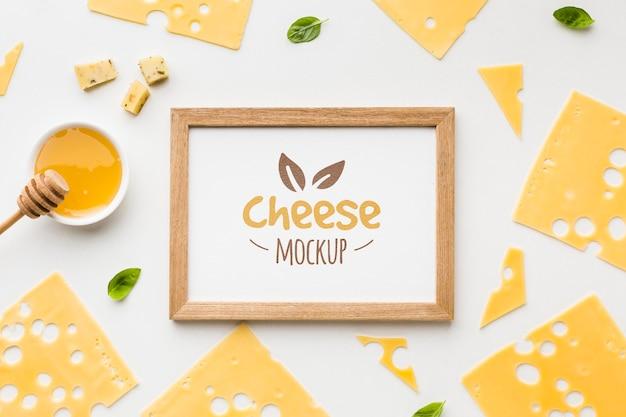 Vista dall'alto di formaggio di produzione locale con mock-up di cornice