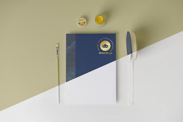 Vista dall'alto dell'invito di carnevale minimalista con pennello e nastro adesivo
