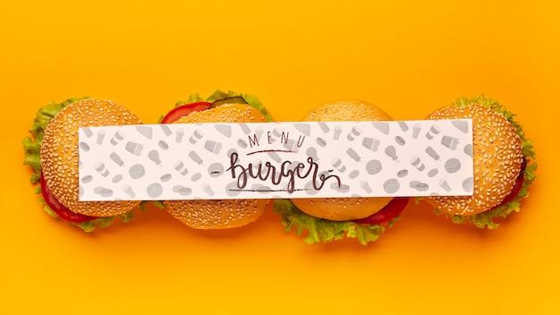 Вид сверху макет баннера и куча гамбургеров