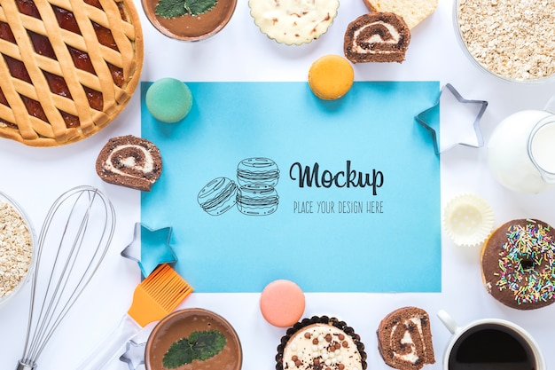 Ciambelle mock-up vista dall'alto con torta e frusta
