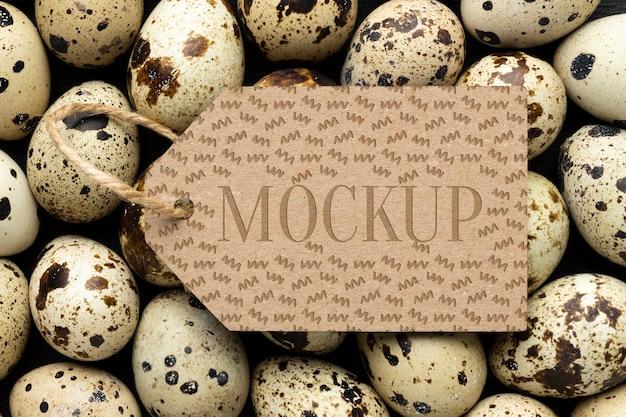 Vista dall'alto dell'etichetta del telaio mock-up con le uova