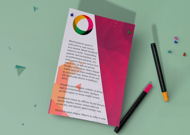 トップビューモックアップアイデンティティビジネス紙と鉛筆
