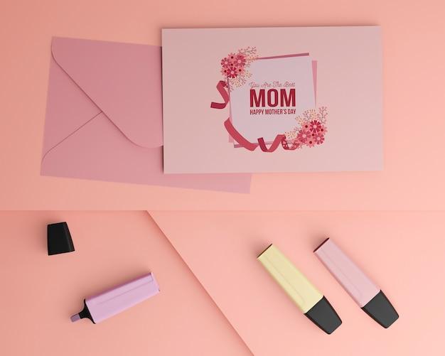 トップビュー母の日カードと封筒のモックアップ