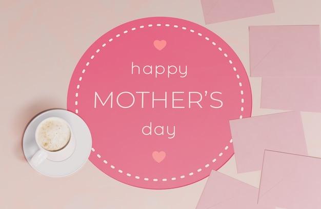 찻잔으로 상위 뷰 어머니의 날 인사말 카드
