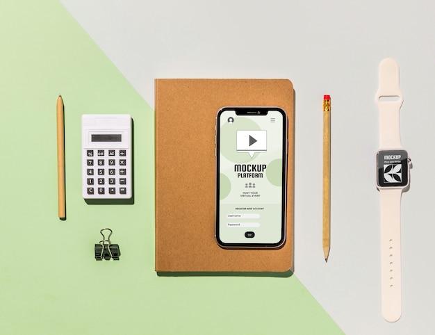 トップビューのノートブックとデバイス