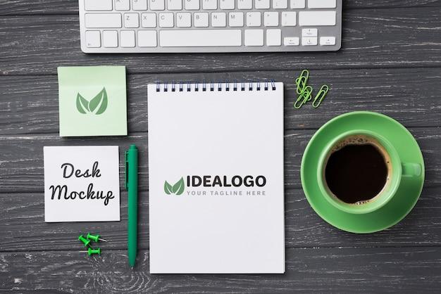 Вид сверху макет ноутбука и канцелярские принадлежности рядом с кофе и клавиатурой