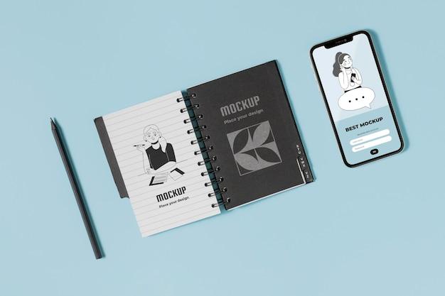 Notebook e smartphone con vista dall'alto