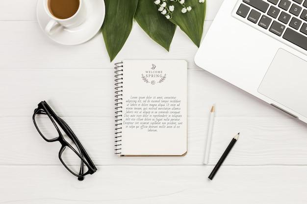 眼鏡とラップトップのトップビューノート