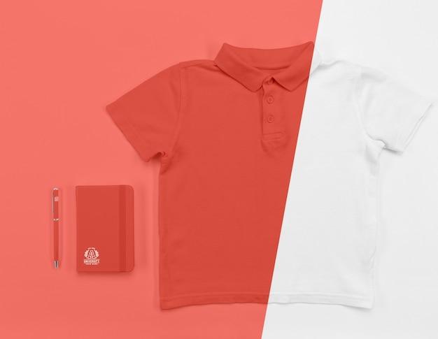 Tシャツとノートを学校に戻るのトップビュー