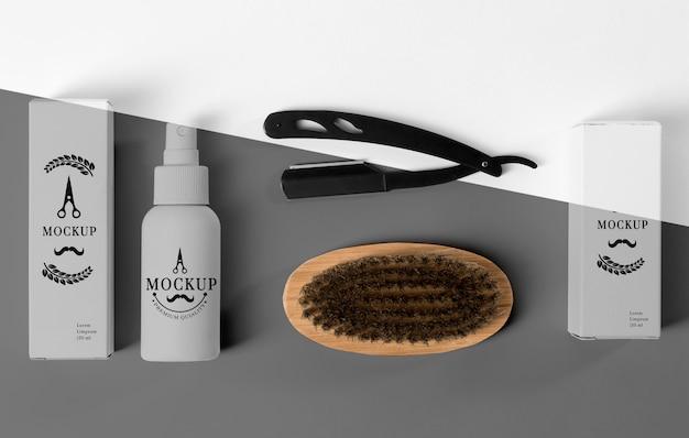 Вид сверху на набор продуктов для парикмахерских с бритвой и щеткой